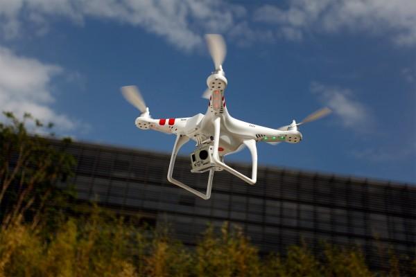 O drone Phantom fabricado pela DJI  custa 480 dólares. Nós não sabemos qual o modelo do que foi usado no presídio de São Paulo, mas esse aqui tem até GPS para voltar ao ponto de decolagem sozinho. Na base há espaço para posicionar uma GoPro. Será que algum técnico em eletrônica conseguiria adicionar um dispositivo para entregar encomendas posicionadas nesse espaço?