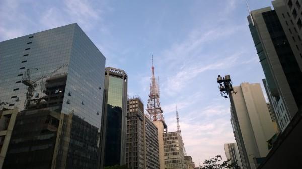 Fim de tarde na Av. Paulista, modo automático. ISO 100, 1/444 segundo, f/2,4.