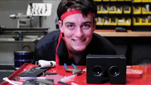 Luckey Palmer, CEO da Oculus VR, com um dos primeiros protótipos do Rift