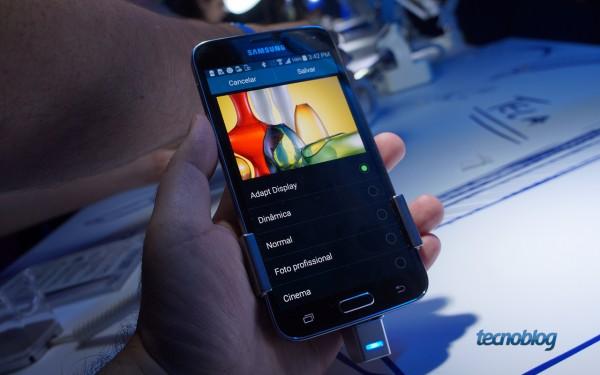 No Adapt Display, a tonalidade das cores é ajustada automaticamente ao visualizar uma imagem na galeria de fotos ou assistir a um filme