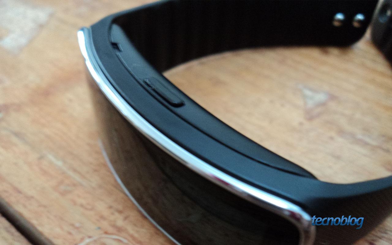 A bateria do Gear Fit é carregada por um cabo microUSB, mas o smartwatch não  tem essa entrada. Para resolver o problema sem ter que aumentar o tamanho  do ... b619a1032b