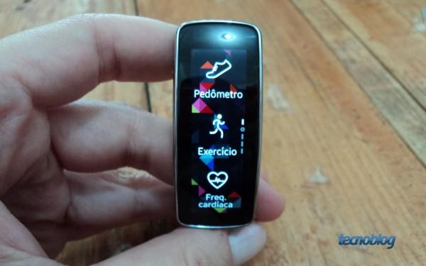 Menu do Gear Fit: para a esquerda, exercícios; para a direita, configurações e notificações