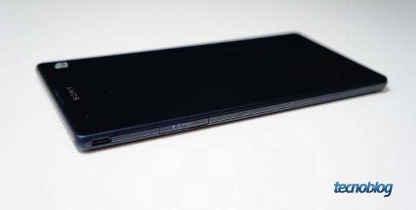No lado esquerdo, apenas a entrada para microSD e a porta USB