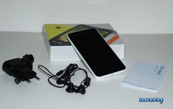 Nos acessórios, apenas recarregador, fones de ouvido simples e guias do usuário; não há cabo USB