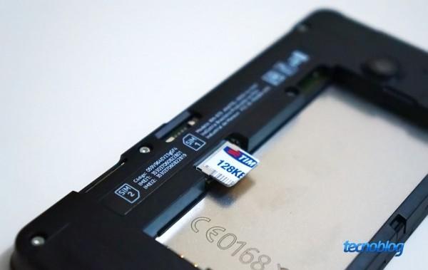 O SIM 1 é inserido pelo lado externo; o SIM 2, pelo interno, assim como o microSD