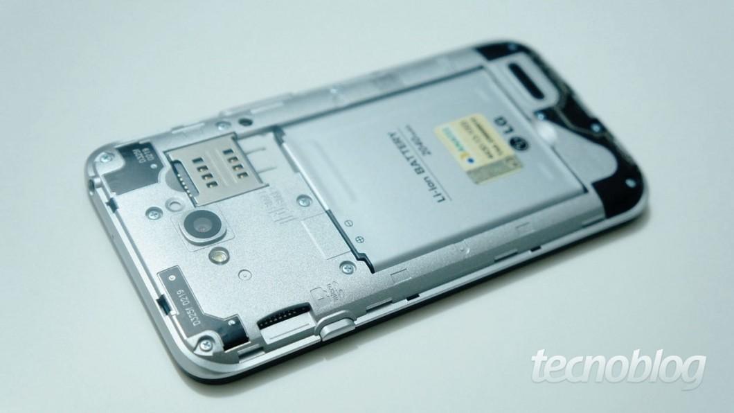 O slot para microSD fica na lateral, mesmo assim, é necessário retirar a tampa traseira