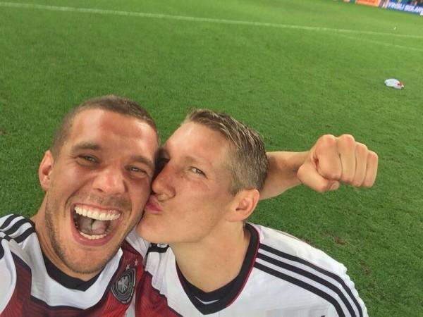 Sefie do jogador alemão Lukas Podolski, postada ainda dentro de campo