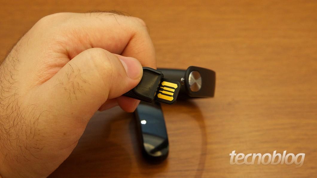"""Da série """"por que não fizeram isso antes"""": o conector USB para recarga fica na própria pulseira"""