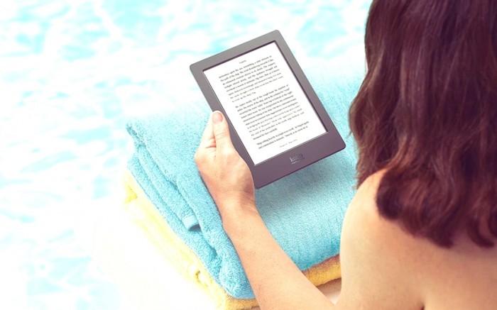 Casualmente lendo um livro à beira da piscina