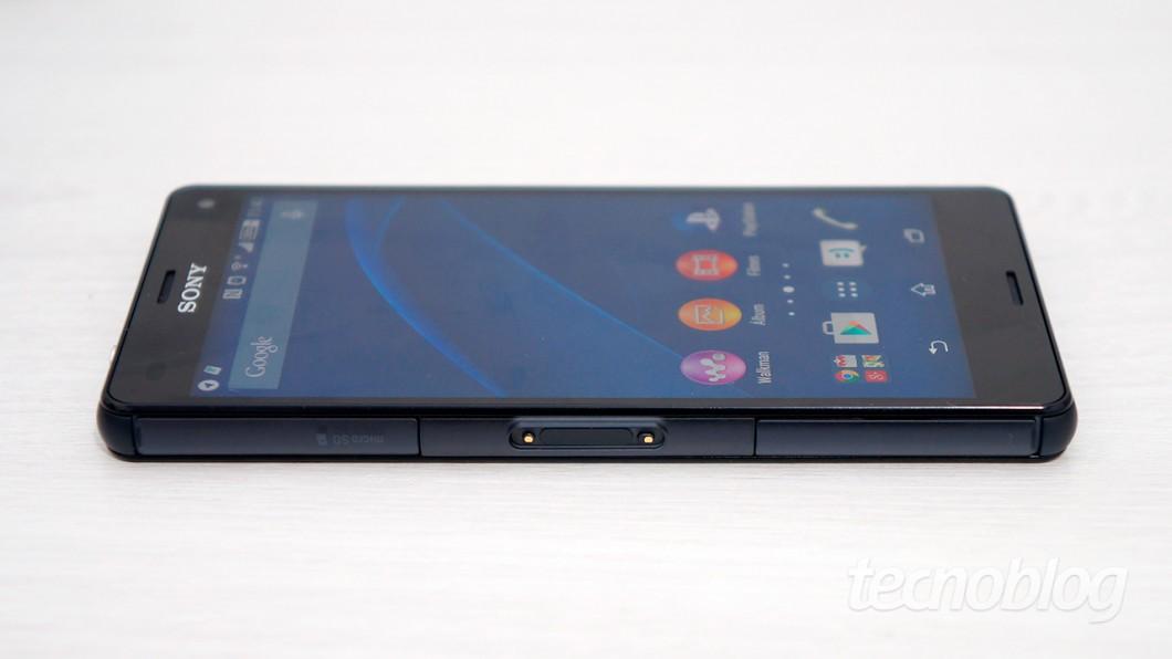 """Bordas de """"reflexo líquido"""", como diz a Sony (é um plástico muito bacana)"""