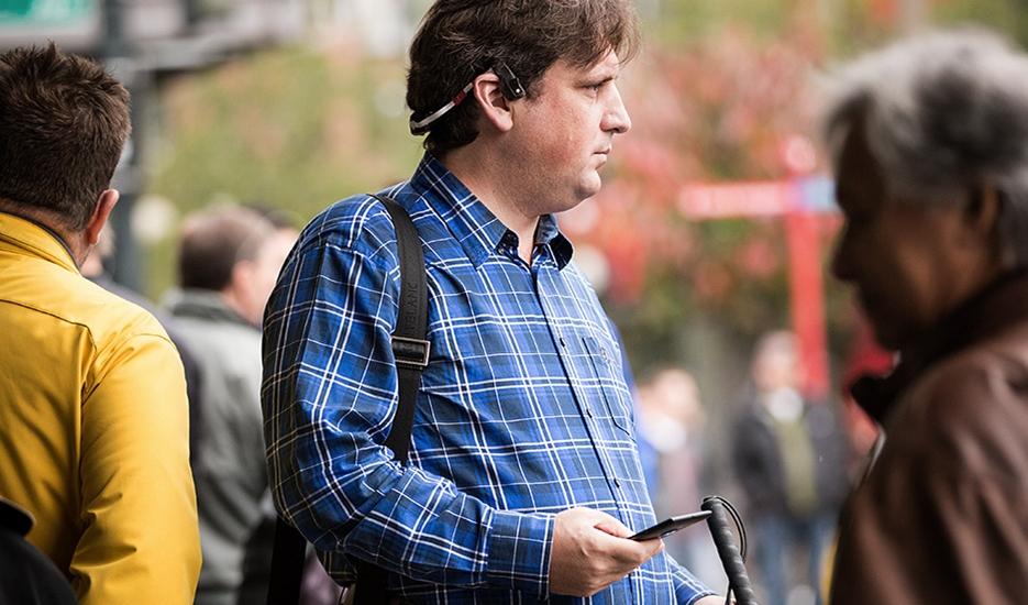Microsoft mostra tecnologia que combina redes sem fio, smartphones e fones para guiar cegos - Tecnoblog