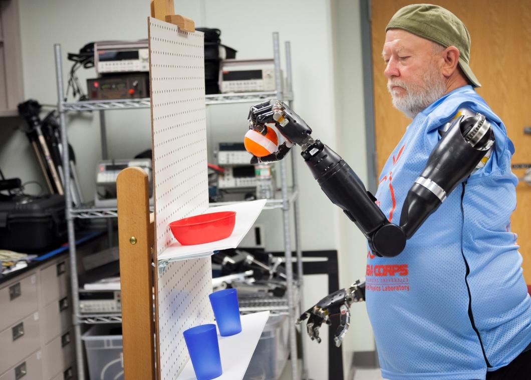 Cientistas fazem amputado controlar dois braços robóticos ao mesmo tempo – Tecnoblog