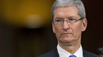 "Tim Cook critica reportagem ""absurda"" sobre saída de Jony Ive da Apple"