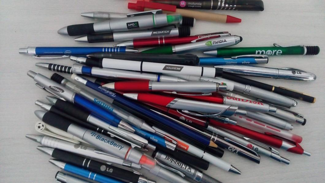 f/2, ISO 436, 1/60s: filtro de sharpening para aumentar a nitidez das marcas das canetas