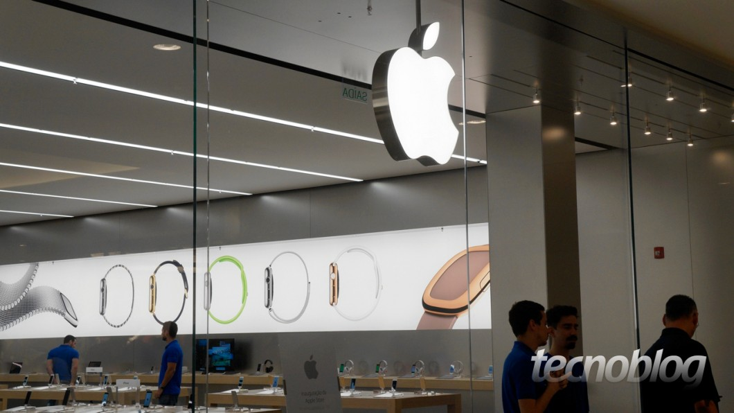 A marca brilhante da Apple, um ícone da companhia, logo na entrada da loja no Shopping Morumbi (Foto: Thássius Veloso)
