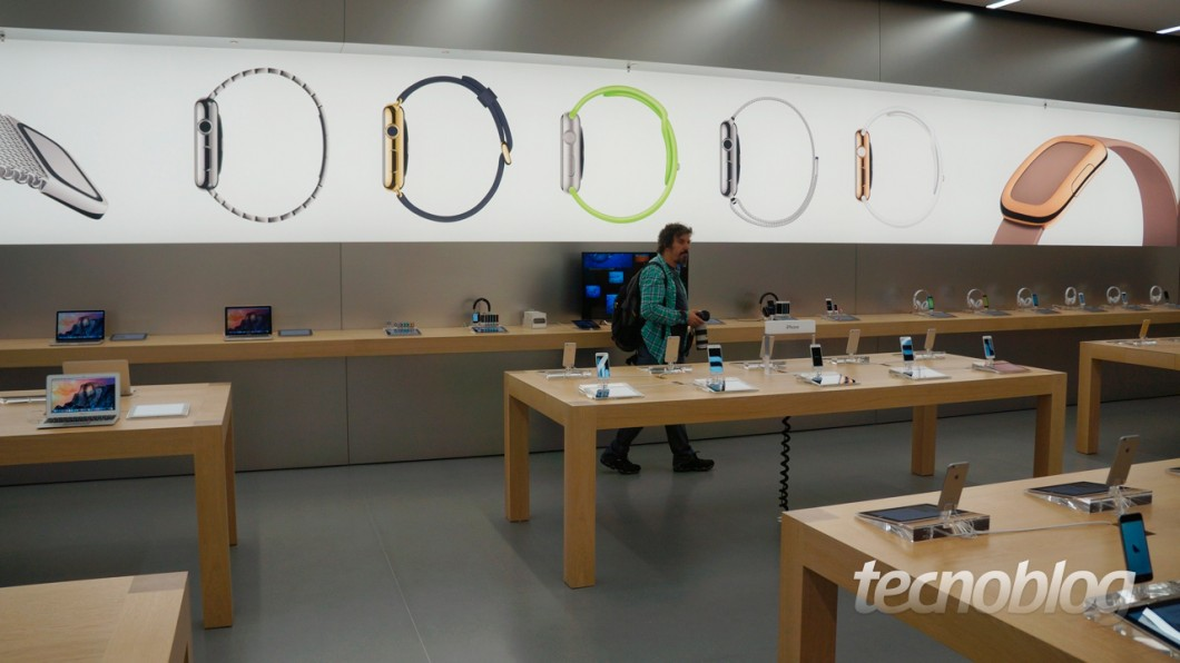 Apple Watch marca presente somente no painel da loja. Não vimos nenhum relógio lá dentro (Foto: Thássius Veloso)
