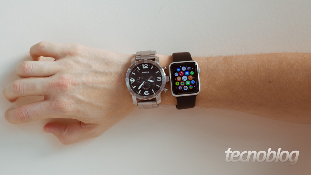 Apple Watch ao lado de um relógio Fossil (Foto: Lucas Braga)