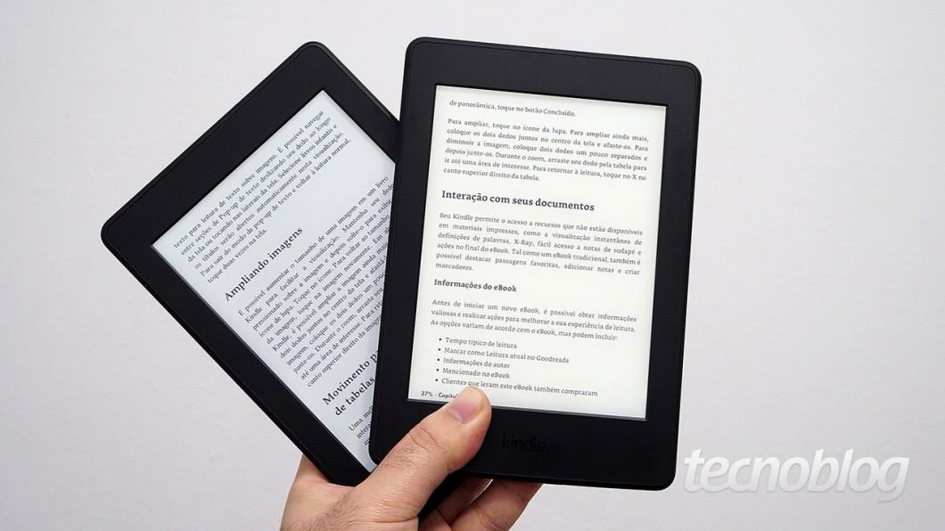 Kindle Paperwhite de 1ª geração (à esquerda) e 3ª geração (à direita)