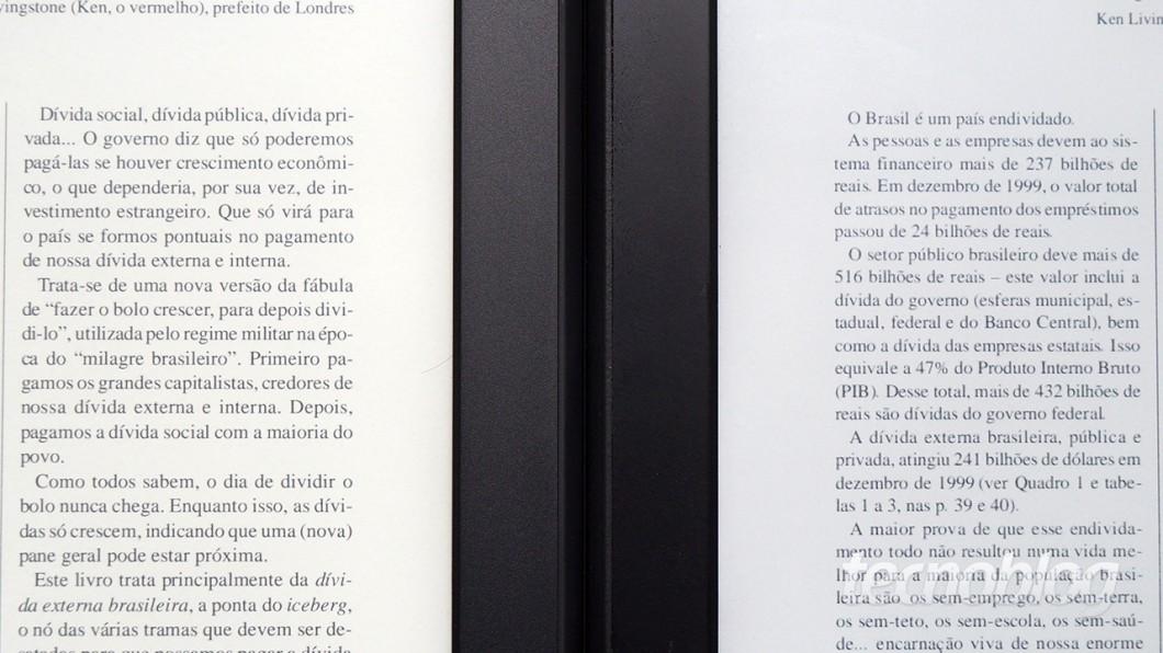 A definição maior da tela do novo Kindle Paperwhite (à esquerda) torna a leitura de PDFs menos pior