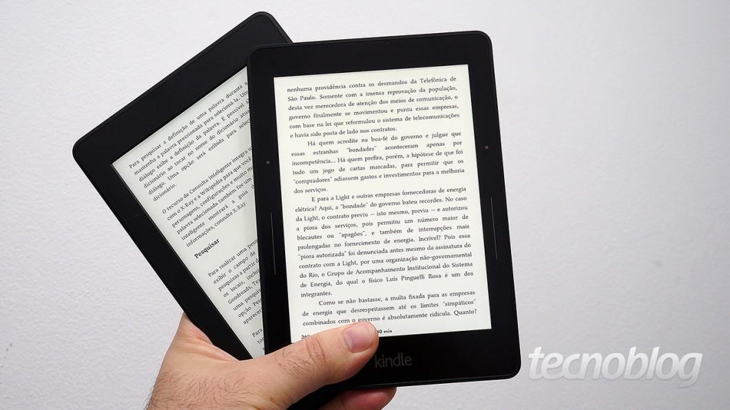 Kindle Paperwhite de 3ª geração (à esquerda) e Voyage (à direita)