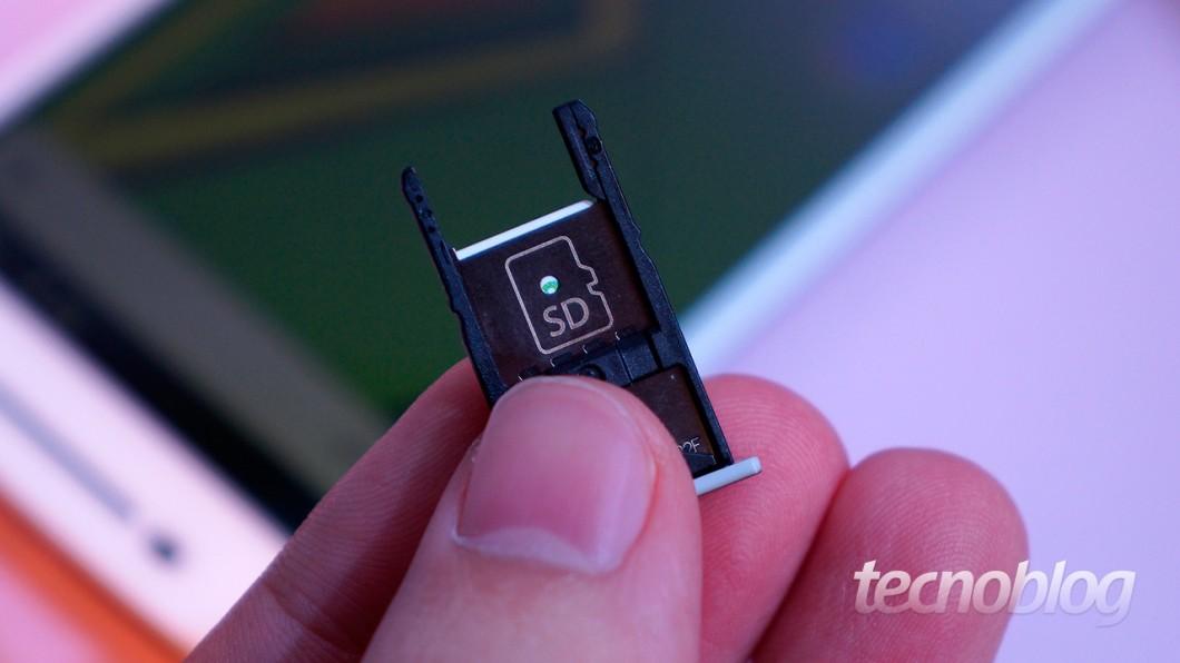 Moto X Play: tire o slot de SIM cards, vire-o e... olha, uma entrada para microSD