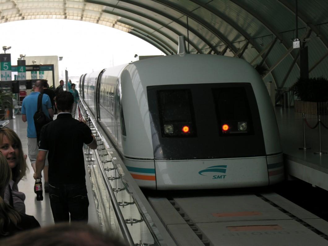 Trem que usa Maglev em uma estação em Xangai. (Foto: Flickr/Louis Allen)