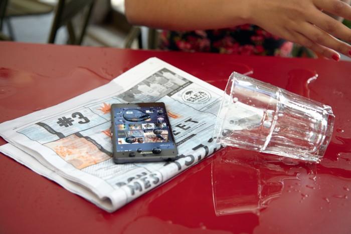 A foto é do Xperia Z3. Como o Xperia M2 Aqua, a empresa diz que não tem problema mergulhar com ele.