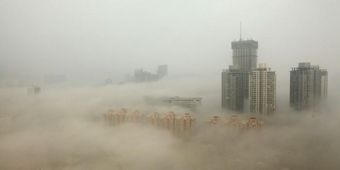 """Pequim tem níveis de """"smog"""" (fumaça com nevoeiro combinados) altíssimos. (Foto via Getty Images/ChinaFotoPress)"""