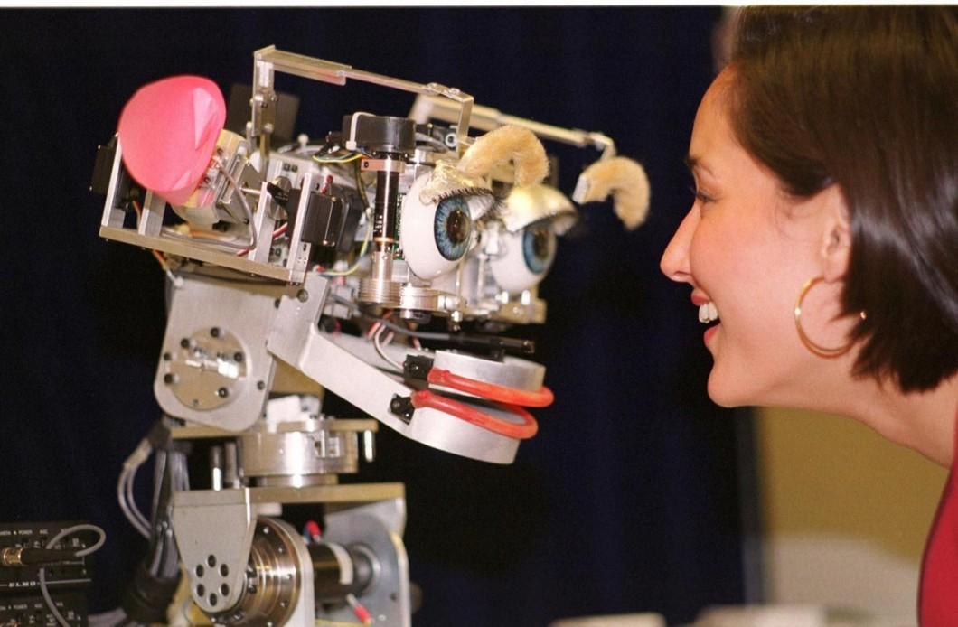 Cynthia Breazeal ao lado do Kismet, o primeiro robô social criado por ela