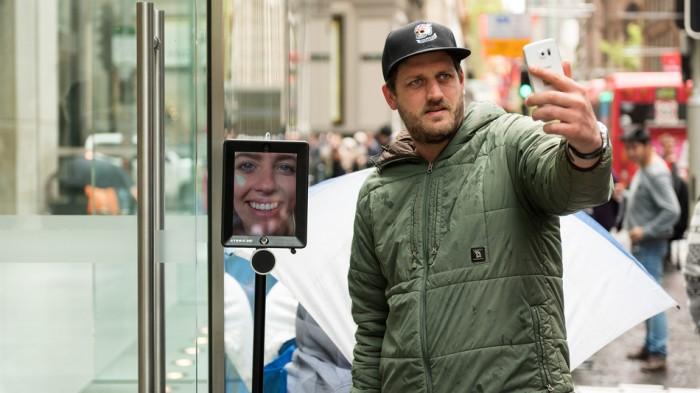 Não podia faltar: uma selfie. Com um robô. Na fila em torno da Apple Store.
