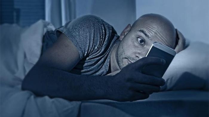 Quase metade dos brasileiros usa o smartphone antes de dormir (e isso é bem ruim) – Tecnoblog