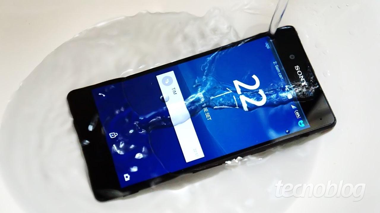 Não é uma boa ideia colocar seu smartphone Xperia à prova d'água... na água – Tecnoblog