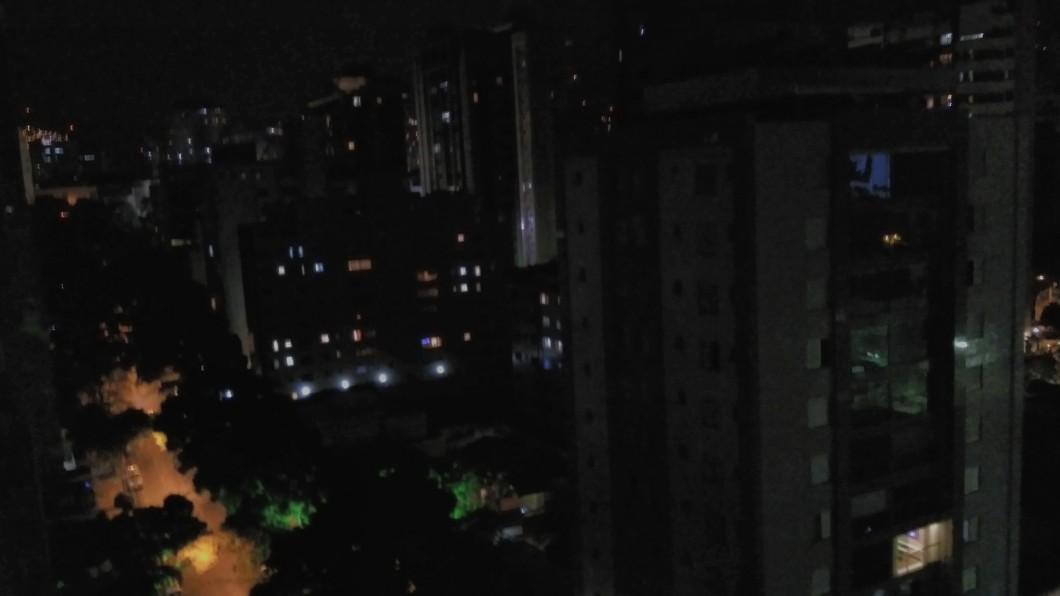 (Tentativa de) foto noturna, fotografia de uma varanda de um prédio