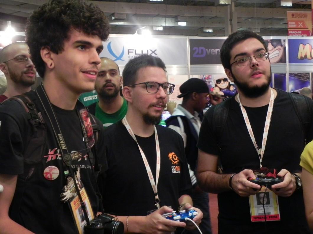 No meio da foto, André demonstra como funciona o jogo Get Over Here para interessados na Brasil Game Show.