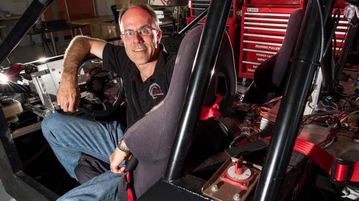 Chris Gerdes está em uma jornada para consertar a maior falha dos carros autônomos.