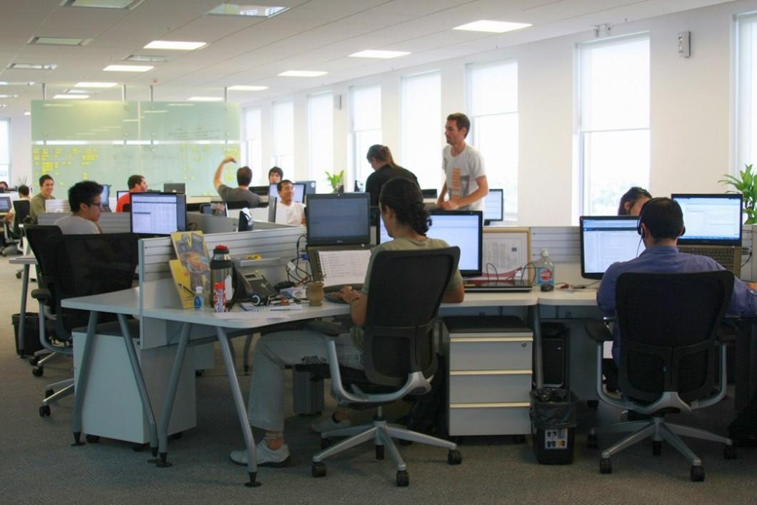 Escritório - funcionários sentados