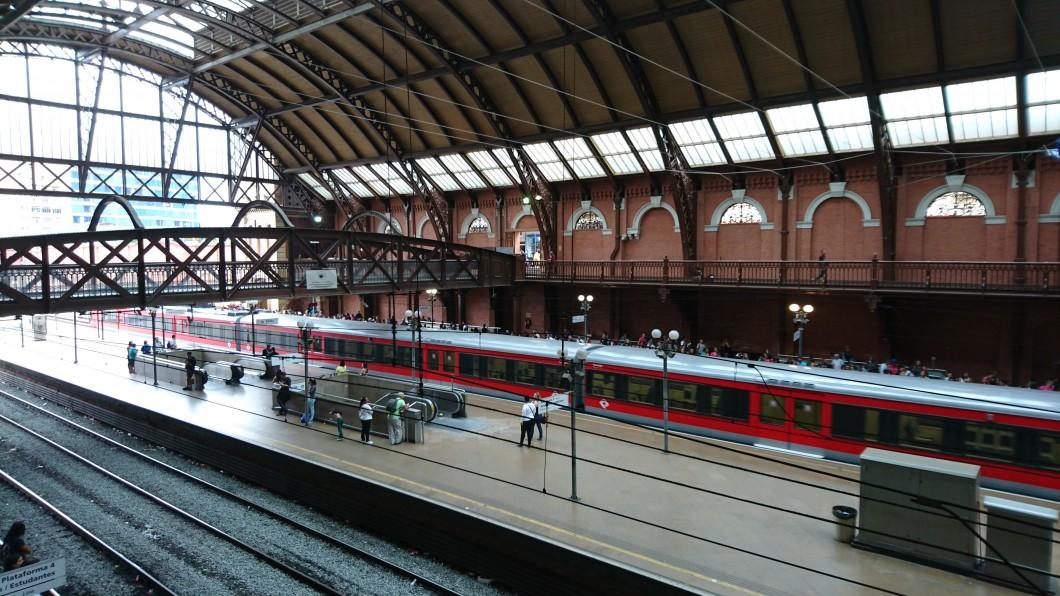 Nesta foto, o foco ajudou a reduzir o borrão de movimento do trem
