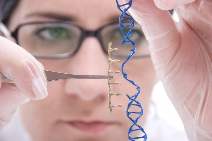 """dna editing 700x467   urandir   TECNOLOGIA   Cientistas descobriram uma forma de """"desativar"""" uma doença com manipulação genética"""