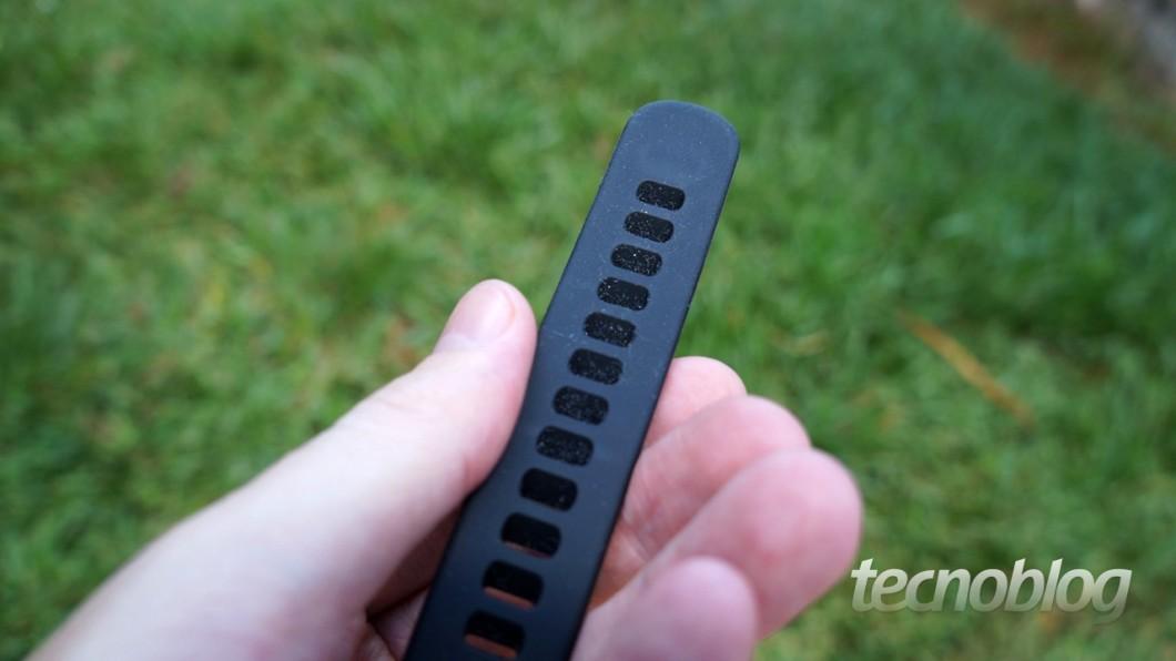 Como você pode notar nesta e nas outras fotos, o maior problema da pulseira é este: ela atrai sujeira com extrema facilidade