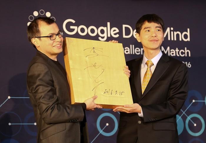 Demis Hassabis, engenheiro da DeepMind, e Lee Sedol, campeão mundial de Go.