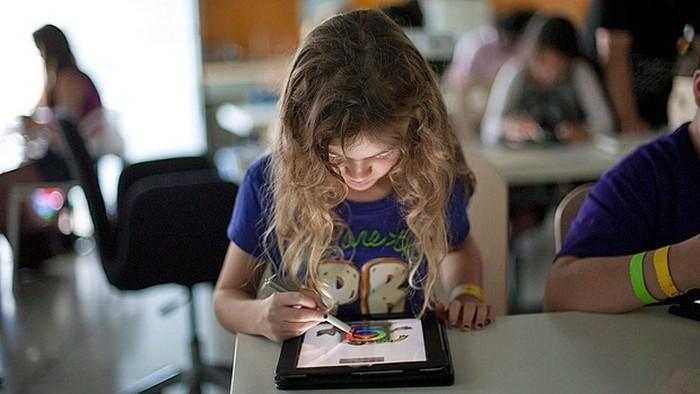 Garota com tablet