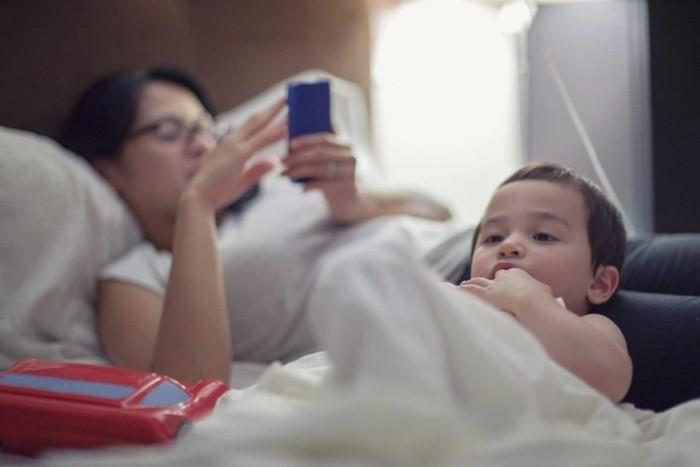 Mãe com smartphone