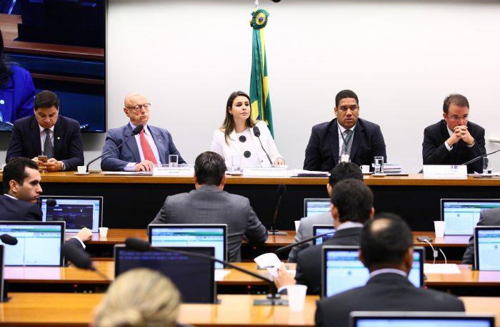 Deputados discutindo a CPI de crimes eletrônicos na Câmara.