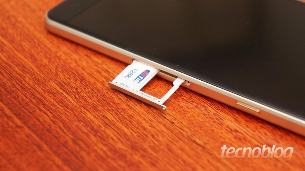 Se quiser usar dois SIM Cards, você não poderá contar com microSD