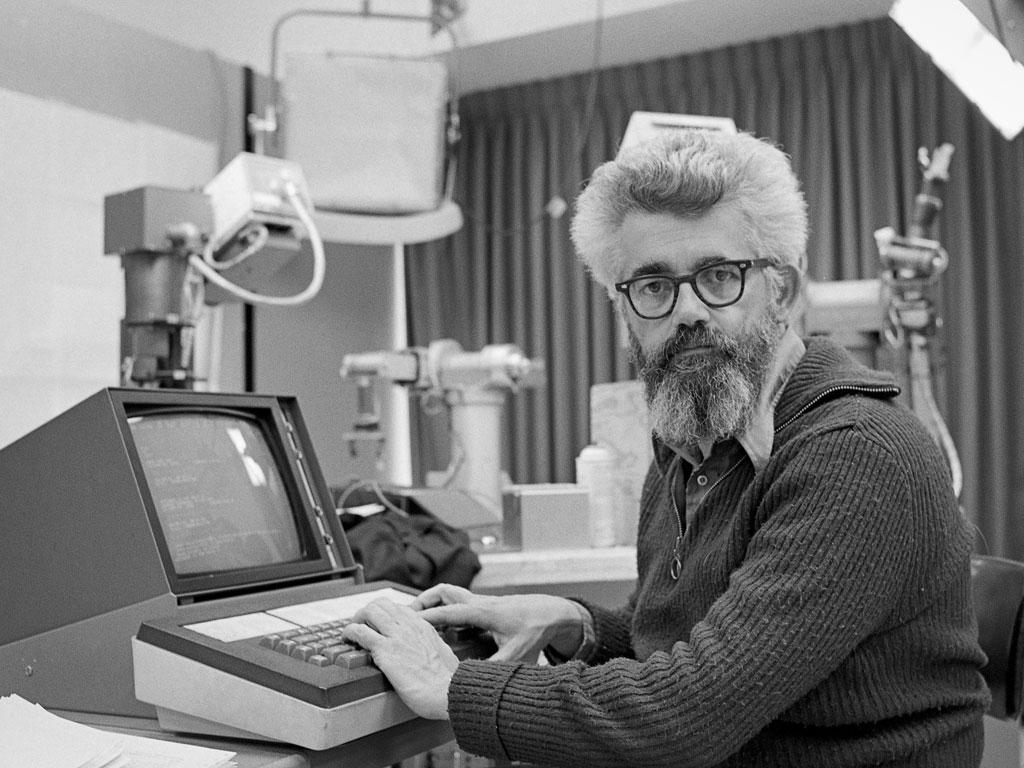 """John McCarthy, o """"pai"""" da inteligência artificial em seu minúsculo laboratório. (Foto: Associated Press)"""