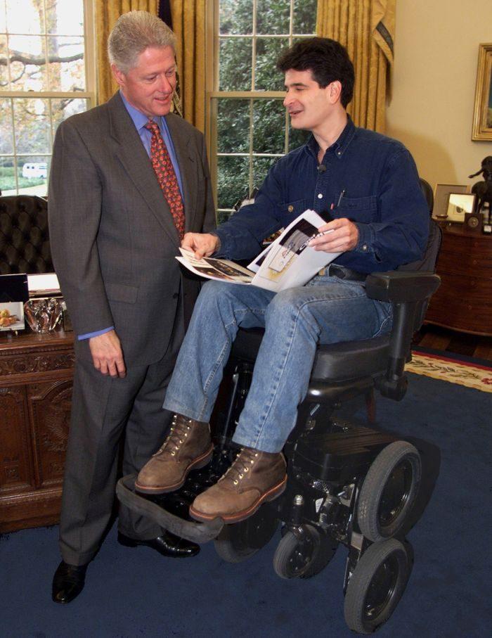 Bill Clinton, então presidente dos Estados Unidos, conferindo a iBot em 2000