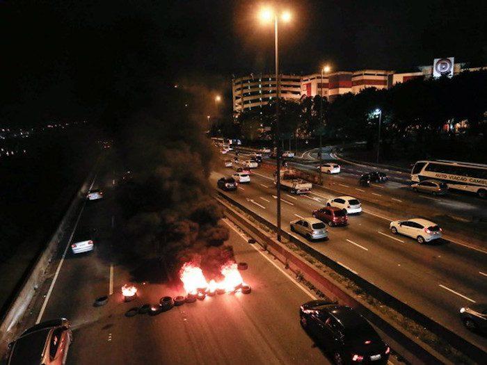 Na noite de terça-feira (10), taxistas queimaram pneus na Marginal Tietê (Foto: Estadão)