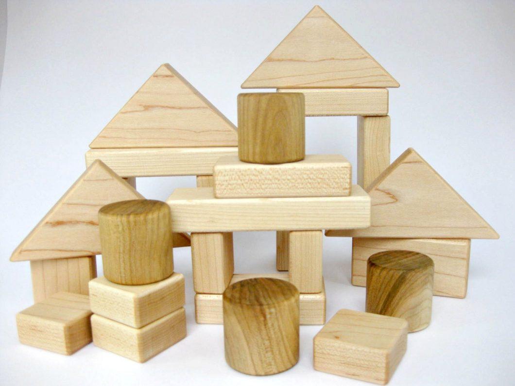Os velhos blocos de madeira são excelentes para crianças nos primeiros anos de vida