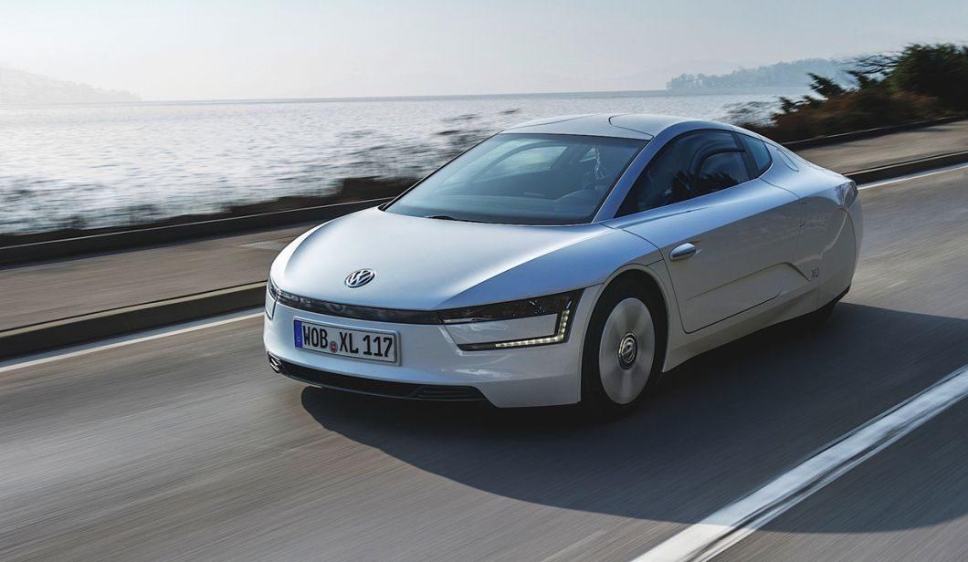 O inusitado Volkswagen XL1 é um dos que levam a ideia de retrovisores digitais bem a sério