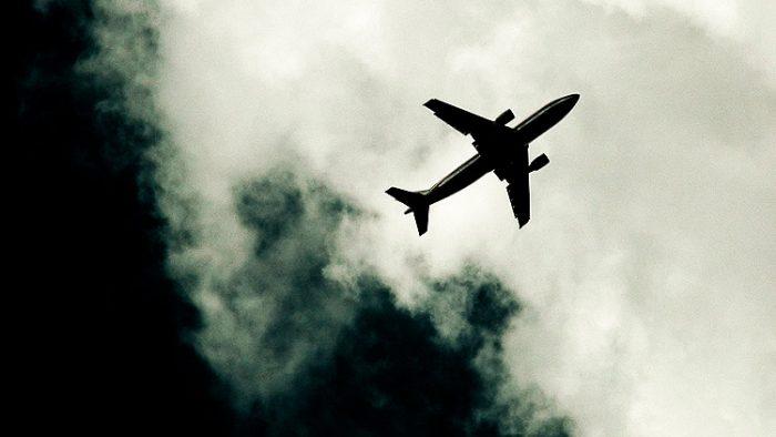 voo-aviao-nuvem-preta
